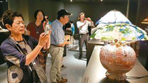 艺术飨宴在风城展出台日76件玻璃创作