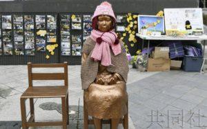 """韩警方接报称疑似日本男子""""向少女像吐口水"""""""