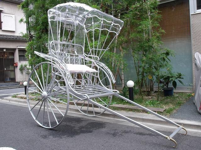不透明な世の中だからこそ、見通し&風通しの良いスケルトン人力車【連載:アキラの着目】