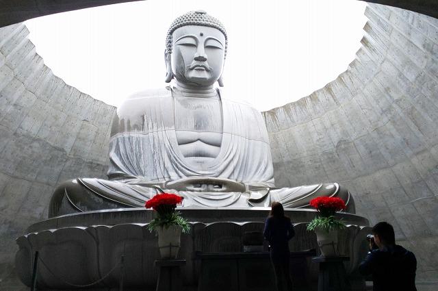 ドーム状のコンクリート建造物の中に鎮座している頭大仏殿