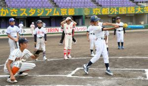 为增加棒球人口 京都府开设棒球教室让高中生给小学生当老师