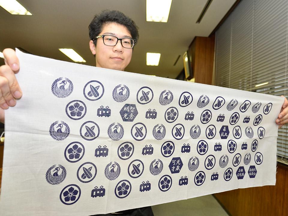 8月3日15時25分に御嵩駅に到着する列車の利用者から限定700枚が配布される武将家紋手拭い 岐阜新聞WEBから引用