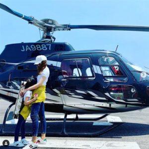 傻眼!炫富女星带女儿搭直升机怕晒竟在机舱内「撑阳伞」