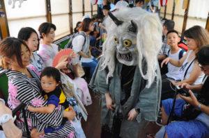 """日本京都市运行""""妖怪电车"""" 鬼怪造型逼真吓得小孩尖叫"""