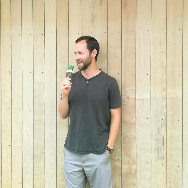 夏でも溶けない!? 濃厚・茶アイスSANDOキャンディー」(320円[税込み]。ロゴ入りカップでの提供) d:matcha Kyoto magazineから引用