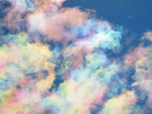 罕见「彩云」乍现蓝天!日本气象学家拍到「祥云瑞气」