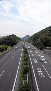 为保证高速公路交通安全 香川县派出直升机监督防范违法行为