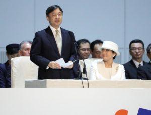 日本天皇夫妇出席在新潟举办的国民文化节 皇后用手语致谢演员