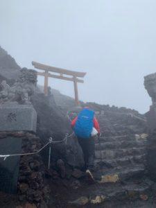 阴晴不定富士山每年30万人次「解锁」