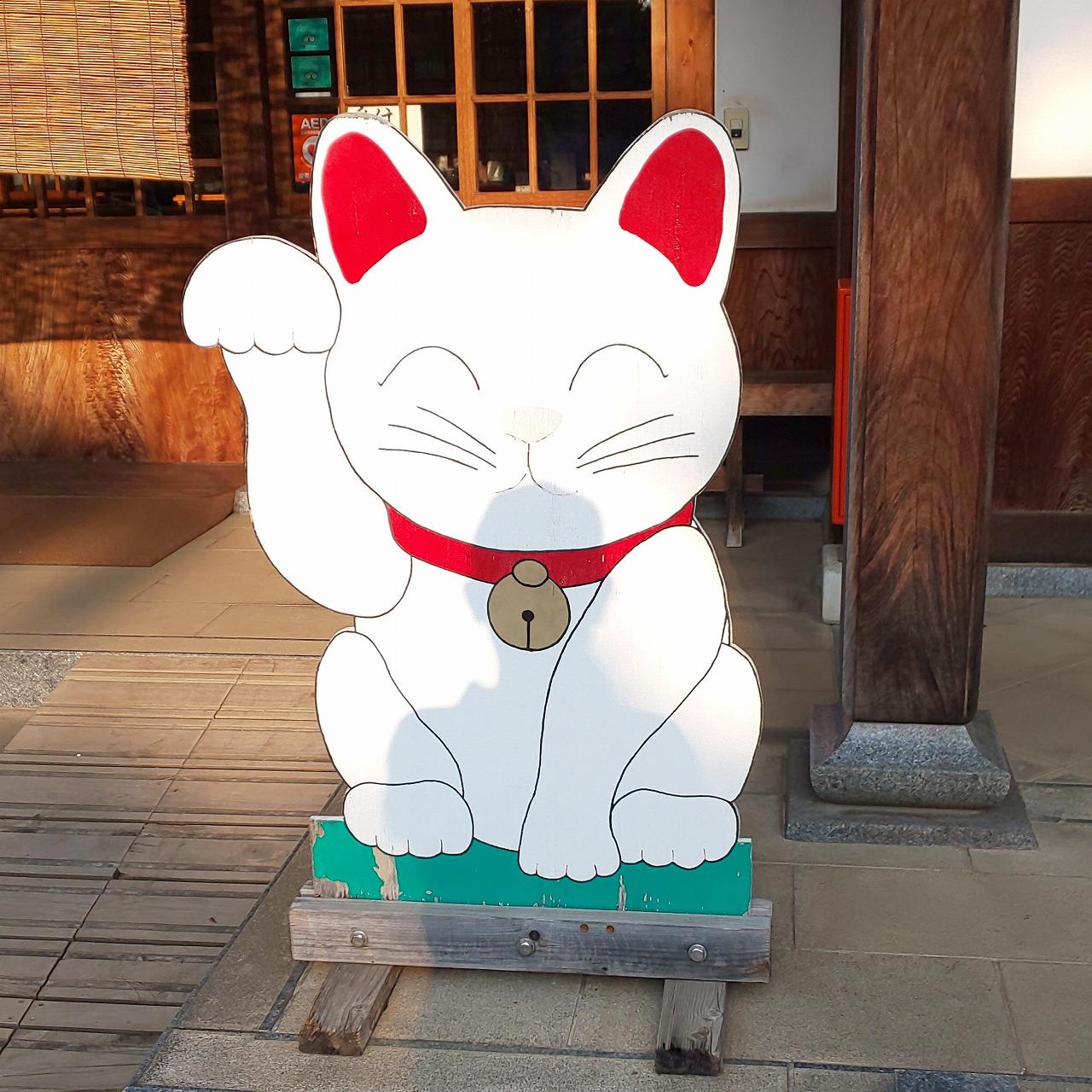 豪徳寺社務所前にある招き猫