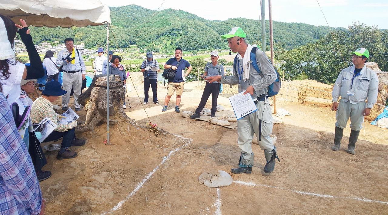 南山城主郭での岡山県古代吉備文化財センターの方による説明
