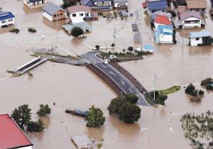 台风哈吉贝重创日本国中生拍下民宅落水瞬间