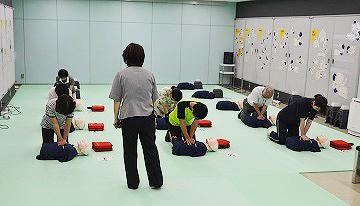 いざという時の胸骨圧迫心マッサージ法やAED取扱要領などを学べる応急救護訓練室 東京消防庁<防災館・博物館><立川防災館>から引用