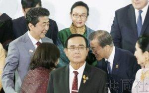 详讯:日韩首脑在泰国接触 安倍要求应对劳工问题