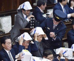 日本众院会场开展防灾训练 练习戴安全帽