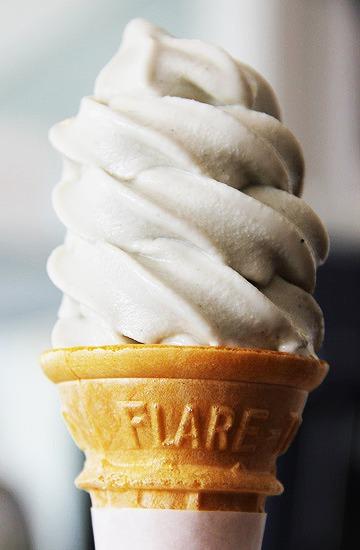 クセになるちょっぴり塩味「ごまみそソフトクリーム」【連載:アキラの着目】