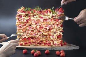 超夸张厚度比脸还大!世界第一好吃饭店早餐推出「巨无霸法式草莓千层派」1月吃得到