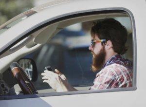 在日本边开车边用手机今起罚款三倍