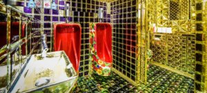 新宿机器人餐厅厕所:金色闪闪发光的花花马桶!