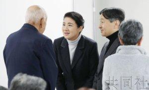 日本天皇夫妇首次访问灾区