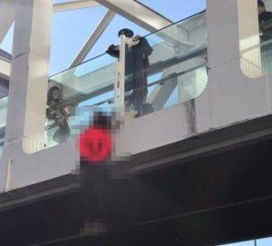 男轻生吊挂新宿路桥日本推特疯传照片