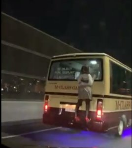 公路惊见短裙少女趴车尾!男吓坏急报警没想到她竟然是…