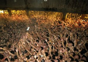 疫情狂烧没在怕!日传统「裸祭」照常办…上万裸男肉搏寻宝