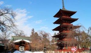 朱红五重塔的优雅雪风景:金刚山最胜院