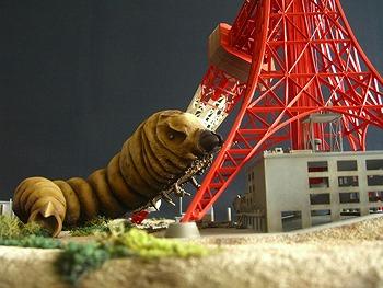 スピルバーグ仰天のモスラ東京タワー破壊シーンを再現したガレージキット【連載:アキラの着目】