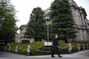 日本央行为何加码宽松无限量购债?日媒分析直指这原因