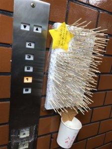 疫情拉警报…日人电梯装「箭靶」防疫网笑:病毒看到吓跑