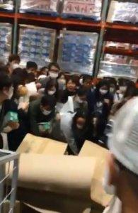 太小…「安倍口罩」被唾弃日本人好市多暴动疯抢口罩
