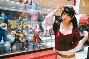 南京德基广场大戏登场展示日本动漫公仔吸引人潮