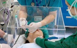 """台湾医生发明""""气溶胶箱""""可保护医生免受感染"""