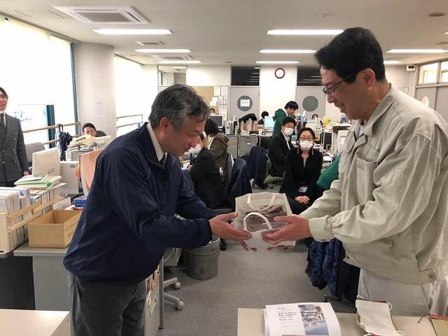 「もとやま畳店」の地元、京都の大谷中学校に20枚寄贈された畳マスク もとやま畳店 Facebookから引用