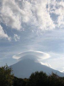 富士山惊见「斗笠云」宛如棉花糖帽网直呼:太可爱啦!