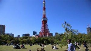 日本东京铁塔重启观景台晚间点灯祈愿观光复苏