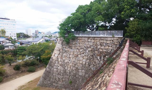岡山城中段からみる石垣および周辺景色