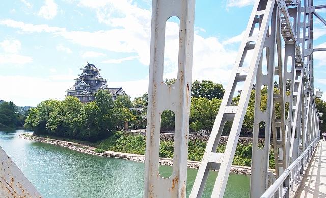 橋からみる岡山城天守