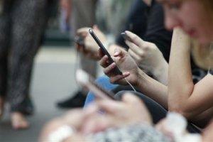 禁止边走边滑手机!日本这城市创首例…7月1日起正式施行