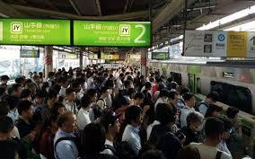 """日本:""""人员密集电车""""内打喷嚏和咳嗽令人不安"""