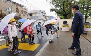 日本小学采取防疫措施复课 学生笑着重返校园