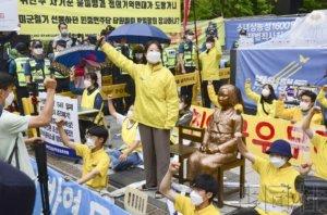 韩国保守派和革新派团体连日在少女像前对峙