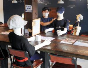 日本一咖啡店使用人体模特为客人隔开社交距离