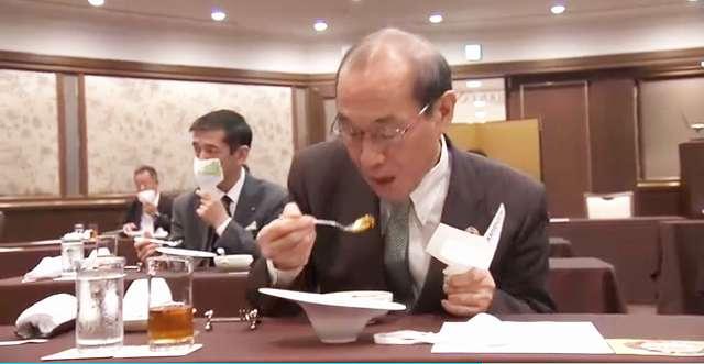 新型コロナ感染に留意しながら食事で使用する「手に持つマスク」【連載:アキラの着目】