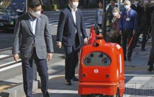 官房长官加藤视察机器人送货实证试验