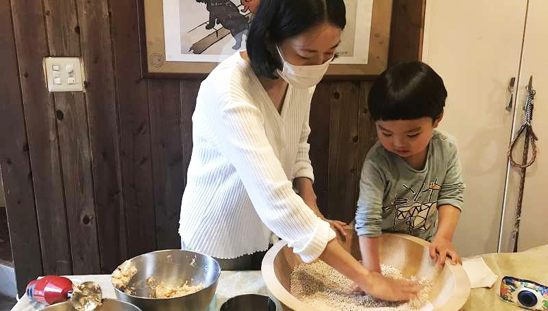 代官山の古民家で味噌1kgを手造りするワークショップ【連載:アキラの着目】